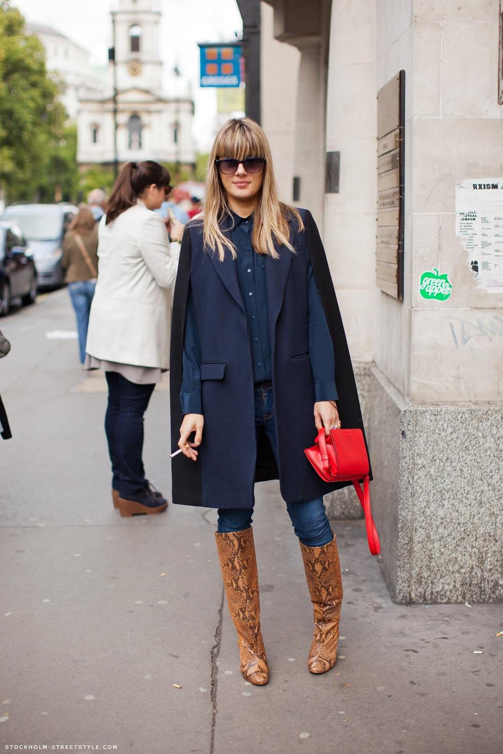 Manteau cape navy associé aux bottes python et au sac rouge, cest ce que jappelle un look ultra abouti! Ca donne un tout petit peu envie de copier\u2026
